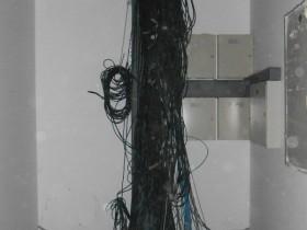 施工现场线槽放电缆