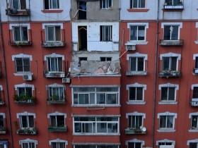 辽宁居民楼两层阳台坠落 事发住宅为回迁楼