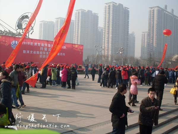 2012.2.2石家庄人才招聘会现场——领导走后志愿者们每人发了个红色的小帽