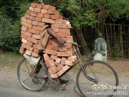 高潮的自行车搬运砖块技术