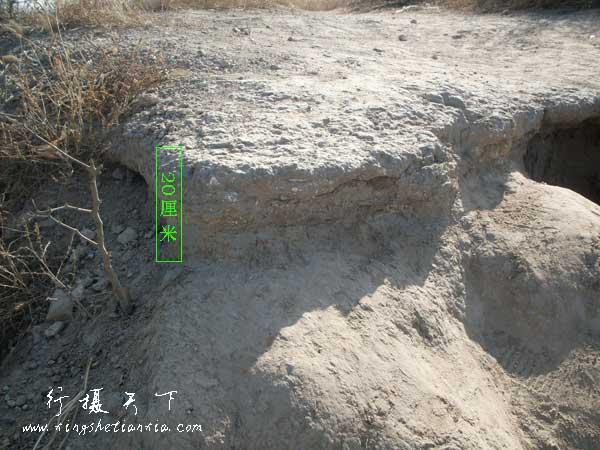 城墙外面大约厚20厘米的三合土, 好像有石灰吧,别的就不知道,很坚硬,估计还能防水