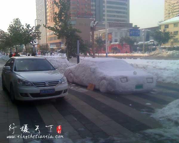 大雪过后街道两旁的商店门前,中国人从不缺创意,只是被束缚了