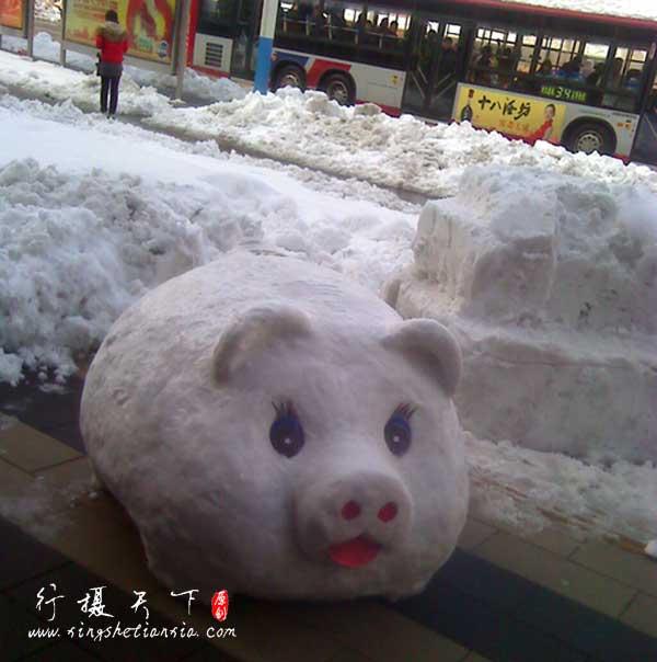 2009年大雪过后的路旁,商店里有创意的店员的作品