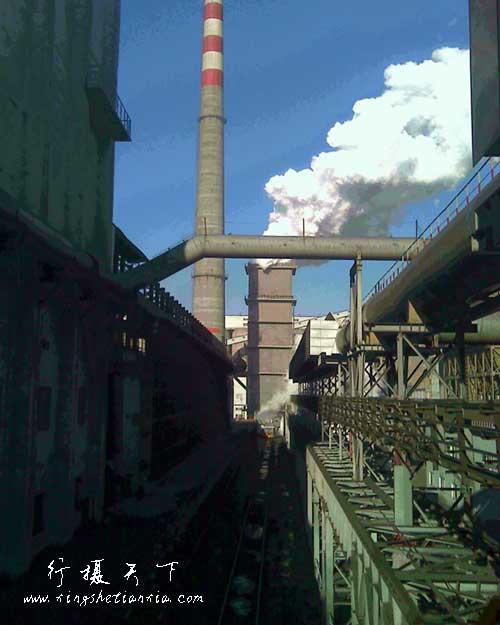 冷却塔上面的水急速的浇到那燃烧的煤块上,迅速的产生了大量水蒸气,妹被冷却变成焦炭