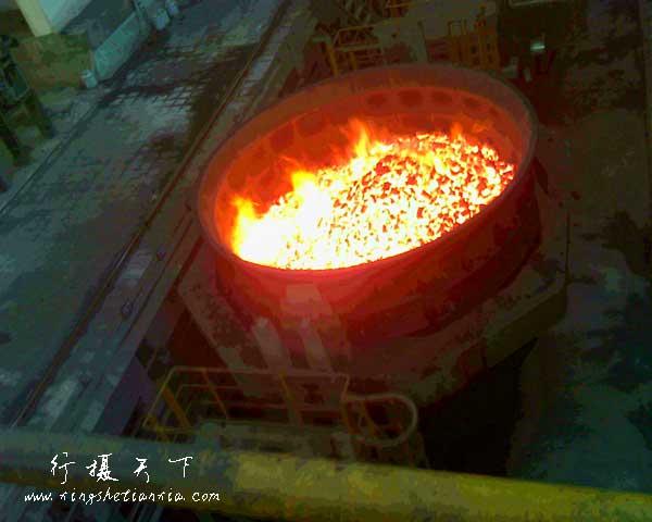 燃烧的煤块是用来发电的,将被提升机提升到五层楼高的厂房内。