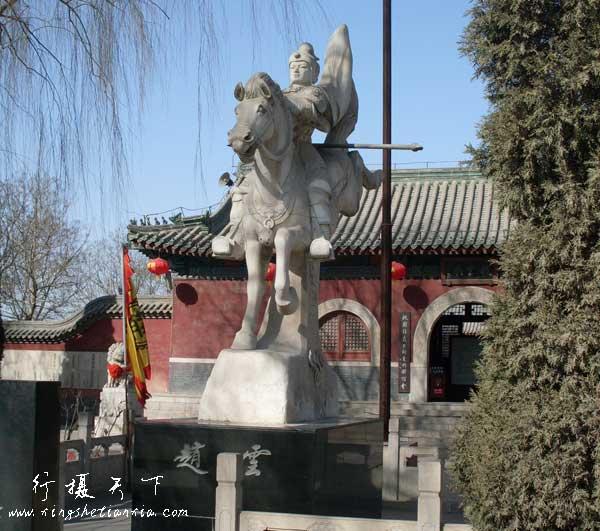 赵云庙前的赵云像,感觉太小了,还不如邯郸火车站前面那个胡服骑射的雕像气派呢