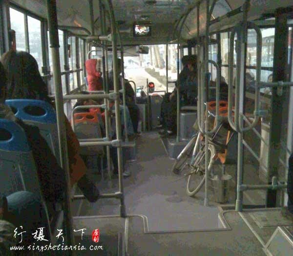 早晨上班的公交车司机
