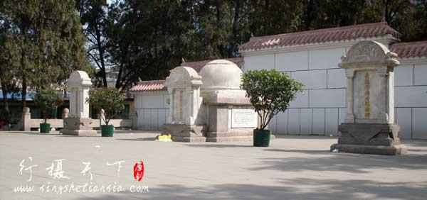 从左到右分别为:巴苏大夫纪念碑,柯棣华大夫之墓,爱德华博士纪念碑