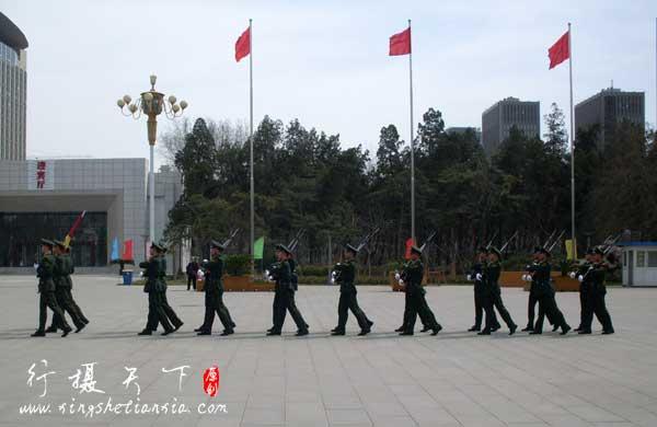 2012年清明节华北军区烈士陵园公祭活动中的升国旗仪式