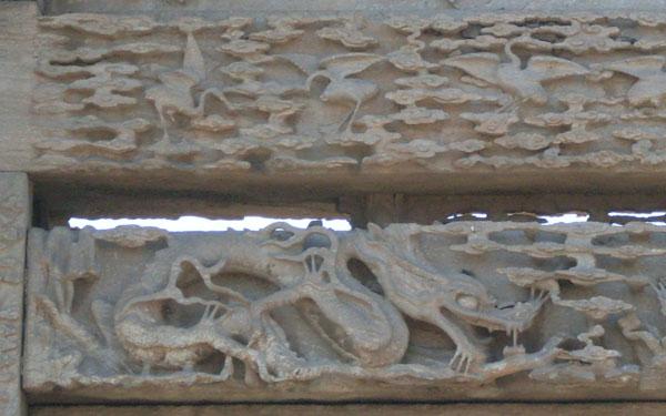 三世中枢下面六只飞鹤和云中双龙局部特写