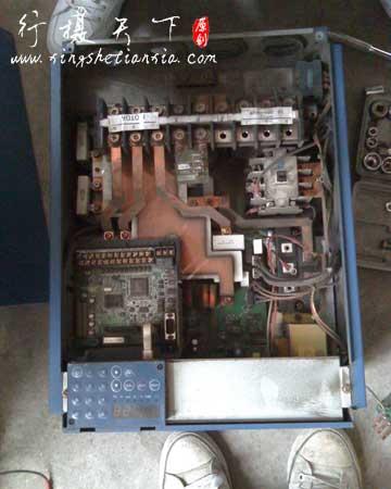 烧毁的三肯变频器内部照,可以看到有个接触器