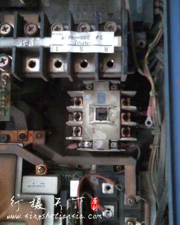 烧毁的三肯变频器内部照,可以看到接触器