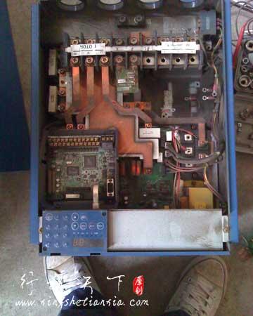 烧毁的三肯变频器内部照,拆下接触器后