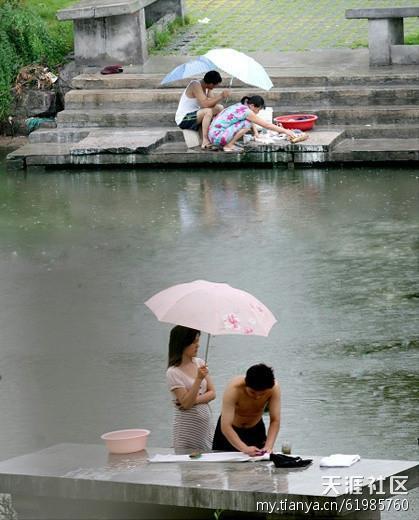 同样是夫妻,同样是打伞,怎么差距就这么大呢
