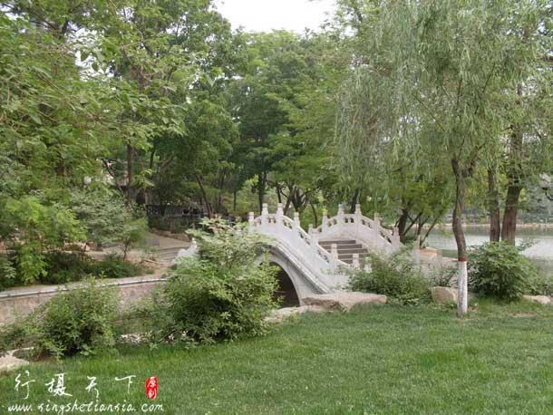长安公园的小桥,这张看着很干净,如果那里都像这样就好了