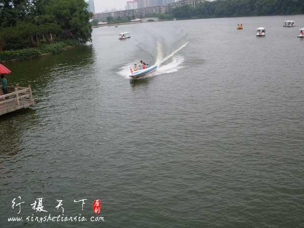 年嘉湖中的快艇