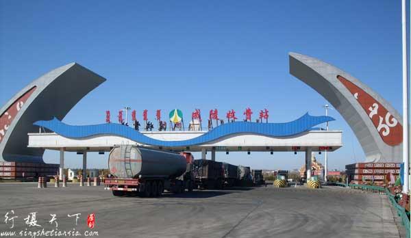 成吉思汗陵高速收费站,远处为成吉思汗陵的入口