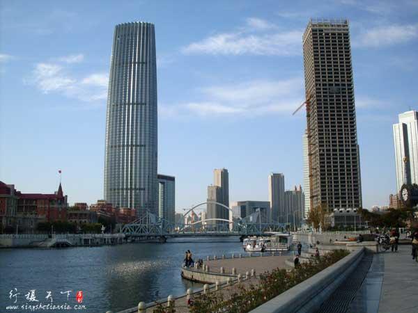 左边是津塔,一共79层,高336.9米。右边的不知道叫什么正在施工