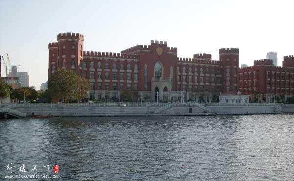 天津火车站对面是海河,海河对面的建筑