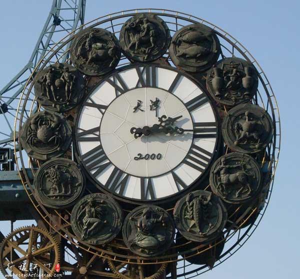 世纪钟的表盘周围采用了12星座的浮雕