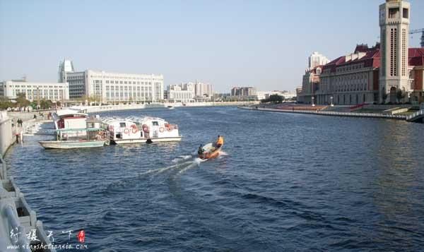 海河天津站码头和打捞垃圾人员