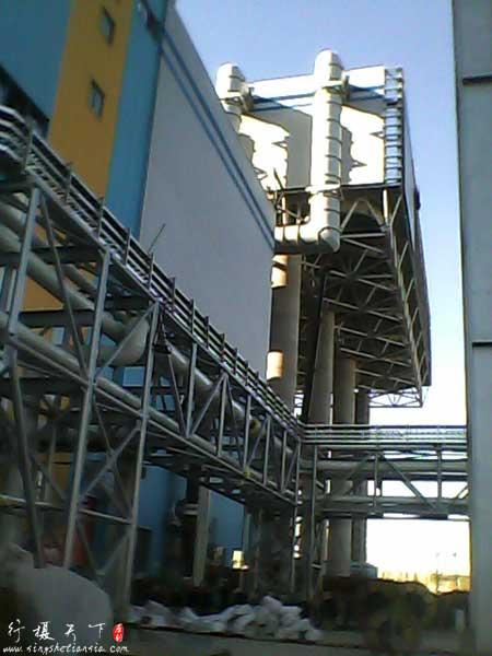远处为风冷系统,代替以前电厂大家看到的大烟囱似的冷却塔