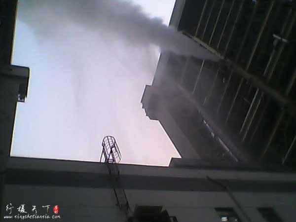 电厂排出的水蒸气遇冷变成了瓢泼大雨