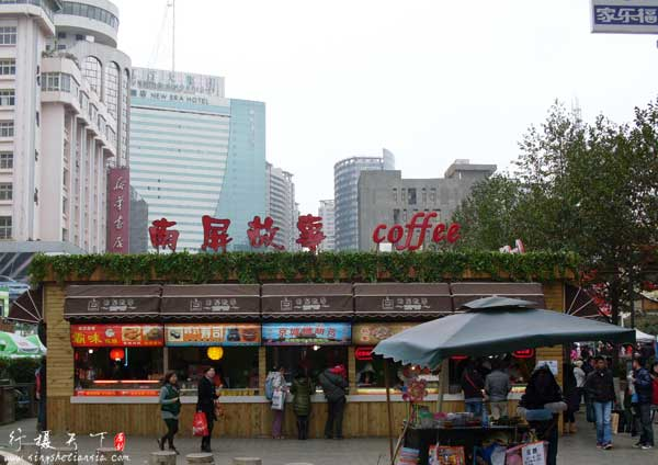 昆明南屏步行街,街中间是卖小吃的