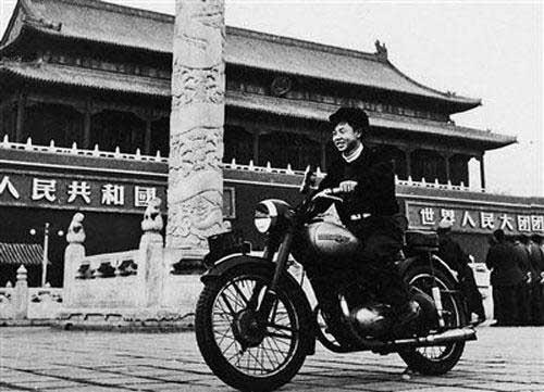 年轻时的雷锋同志骑摩托车,跟现在开宝马差不多