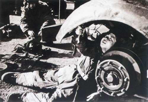 雷锋同志拿着扳手修汽车