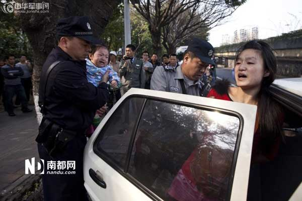 城管与女小贩发生冲突后,警察到场并将该名女小贩带上警车。