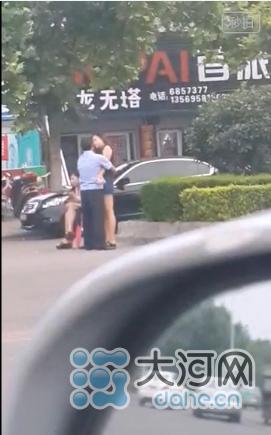 河南疑似执法人员当街与女性调情