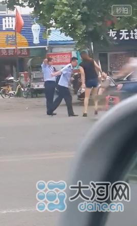 河南疑似执法人员当街与女性调情 当地称正核实