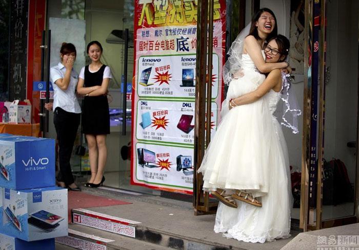 中国一对女同性恋情侣在北京举行结婚仪式