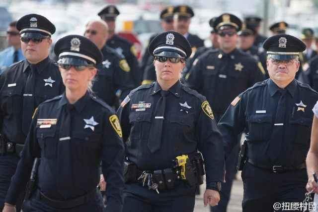美国的女警察警服