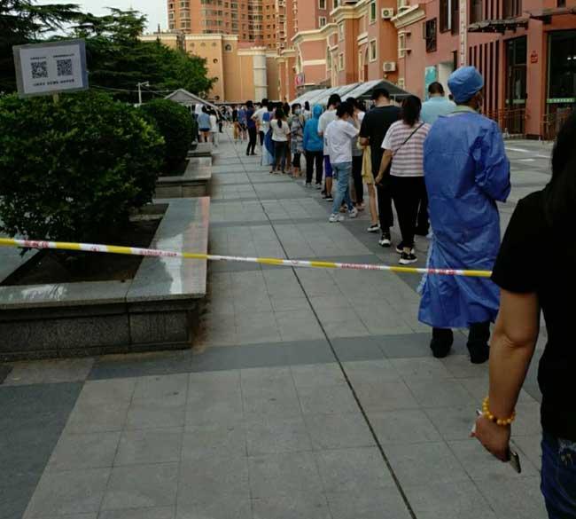 北京丰台小区免费为居民做核酸检测现场